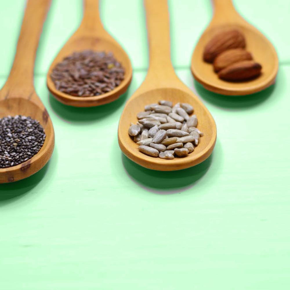 Löffel mit verschiedenen Nüssen und Samen mit Omega 3