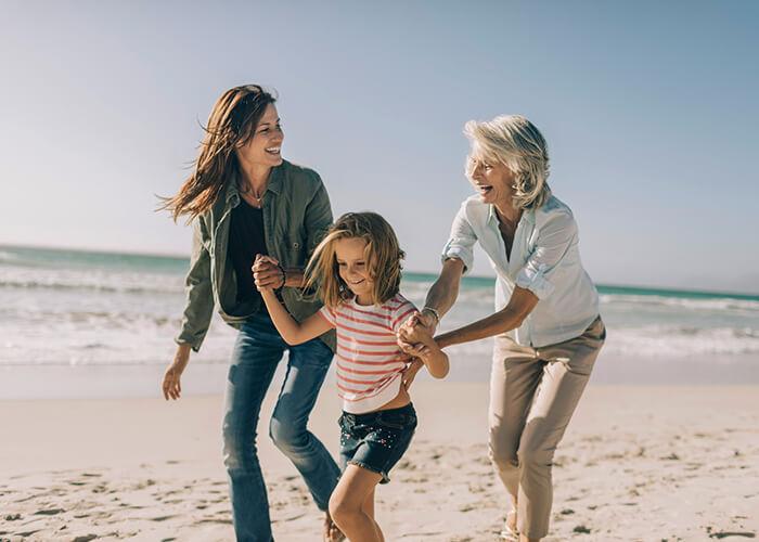 3 Generationen beim Strandspaziergang