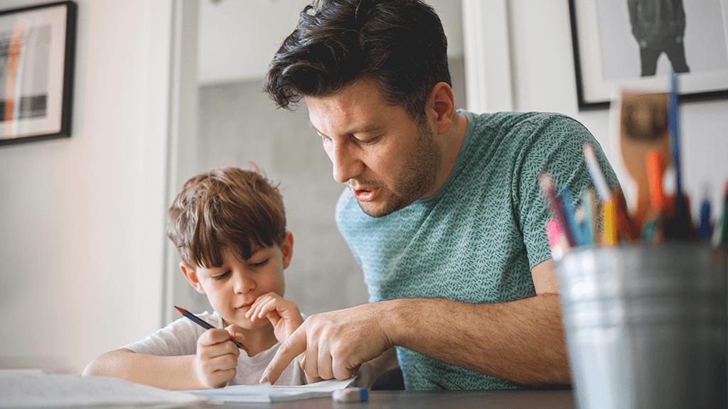 Vater und Sohn bei den Hausaufgaben