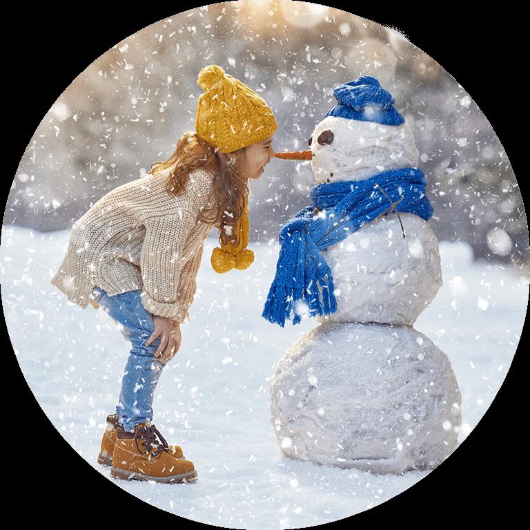 Mädchen spielt im Schnee